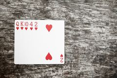 Main de poker : flux Jouer des cartes sur la table en bois photo libre de droits