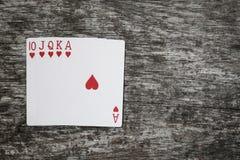 Main de poker : quinte royale jouer l'abrégé sur jeu de cartes dans la table en bois photographie stock libre de droits