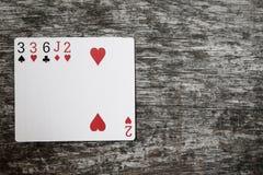 Main de poker : une paire Jouer des cartes sur la table en bois images libres de droits