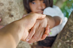 Main de prise de petite fille avec le père Photographie stock