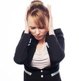 Main de prise terrifiée par femme d'affaires sur la tête Images stock