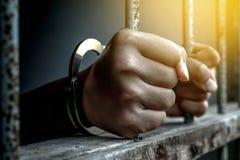 Main de prisonnier tenant la prison en métal photos libres de droits