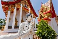 Main de respect de sculpture en jeune homme à tout le monde près du temple historique Photographie stock