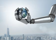 Main de robot d'Android tenant la terre de planète avec le fond de ville Image stock
