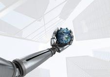 Main de robot d'Android tenant la terre de planète avec le fond lumineux de gratte-ciel Photographie stock
