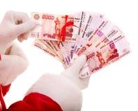 Main de Santa Claus avec le rouble russe d'argent. Photographie stock