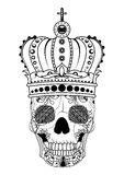 Main de schéma dessinant le crâne noir avec la couronne sur eu d'isolement sur le fond blanc Style de Dudling Tatoo Zenart colora Photographie stock libre de droits