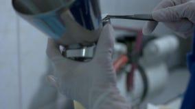 Main de scientifique avec des brucelles