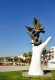 Main de sculpture de paix avec des colombes Images stock