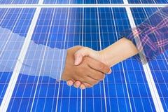 Main de secousse abstraite sur le fond des panneaux solaires Photo libre de droits