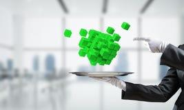 Main de serveur présentant des cubes sur le plateau Images stock