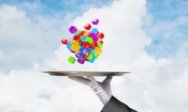 Main de serveur présentant des cubes sur le plateau Photographie stock libre de droits