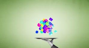 Main de serveur présentant des cubes sur le plateau Photo stock