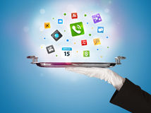 Main de serveur tenant le plateau avec des icônes Photos libres de droits