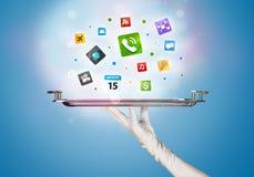 Main de serveur tenant le plateau avec des icônes Images stock