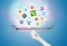 Main de serveur tenant le plateau avec des icônes Photo stock