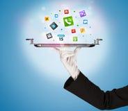 Main de serveur tenant le plateau avec des icônes Photographie stock libre de droits