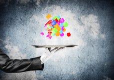 Main de serveuse présentant des cubes sur le plateau Image libre de droits