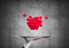 Main de serveuse présentant des cubes sur le plateau Photographie stock libre de droits