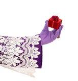 Main de Sinterklaas montrant le cadeau D'isolement photographie stock