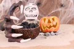 Main de sorcière de Halloween atteignant pour une cuvette de rats Images libres de droits