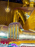 Main de statue de Bouddha dans le temple avec la peinture murale Images stock