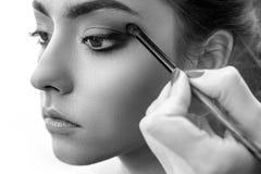 Main de styliste appliquant le maquillage d'oeil photographie stock libre de droits