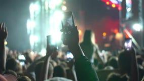 Main de téléphone de concert de foule banque de vidéos