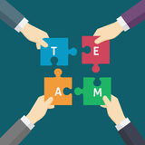 Main de Team Work Illustration Of Businessman tenant une partie de puzzle Photo stock