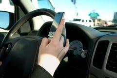 Main de texting de l'adolescence tandis que image libre de droits