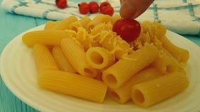 Main de tomates-cerises de fromage de pâtes banque de vidéos