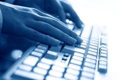 Main de travail de saisie sur clavier Photos libres de droits