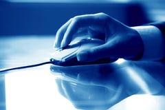 Main de travail de souris Photo libre de droits