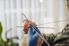 Main de tricotage de dame âgée image libre de droits