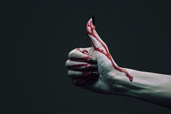 Main de vampire avec le pouce vers le haut du geste Photos stock