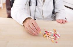 Main de vieil homme avec des pilules Photographie stock libre de droits