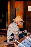 Main de vieil homme jouant Sanshin l'Okinawa - instrument de musique japonais photos stock