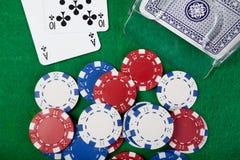 Main de vingt-et-un sur la table verte Image stock