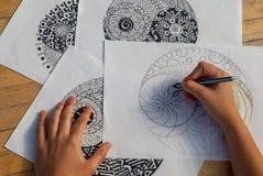 Main de yang de yin de dessin de femme pour anti livre de coloriage d'effort Images libres de droits