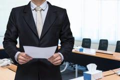 Main debout d'homme d'affaires tenant le papier Photos stock