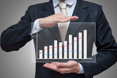 Main debout de posture d'homme d'affaires jugeant des finances de graphique d'isolement sur le fond gris Photographie stock libre de droits