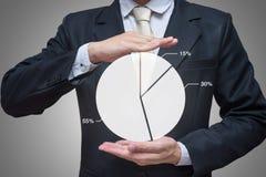 Main debout de posture d'homme d'affaires jugeant des finances de graphique d'isolement sur le fond gris Photo libre de droits