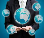 Main debout de posture d'homme d'affaires jugeant l'icône de la terre d'isolement Image libre de droits