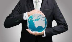 Main debout de posture d'homme d'affaires jugeant l'icône de la terre d'isolement Photo libre de droits