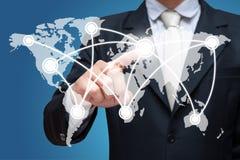 Main debout de posture d'homme d'affaires poussant la structure de réseau sociale d'isolement dessus au-dessus du fond bleu Image libre de droits
