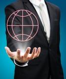 Main debout de posture d'homme d'affaires tenant l'icône de la terre Photographie stock
