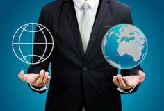 Main debout de posture d'homme d'affaires tenant l'icône de la terre Image stock