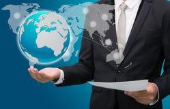 Main debout de posture d'homme d'affaires tenant l'icône de la terre Photo libre de droits