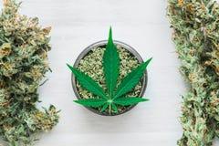 Main des bourgeons communs roulés parhomme de la marijuana, mauvaise herbe déroulée sur une fin blanche de vue supérieure de fond Images stock