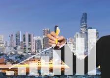 main des femmes d'affaires employant le stylo jaune indiquant la flèche de l'autobus Images libres de droits